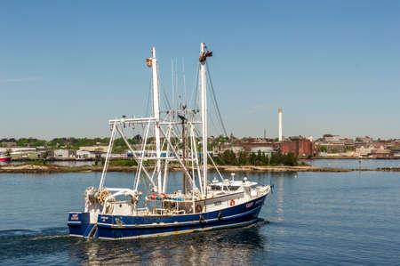 New Bedford, Massachusetts, USA - May 21, 2018: Commercial fishing boat Capt Potter, hailing port Lowland, NC, crossing New Bedford inner harbor Redactioneel