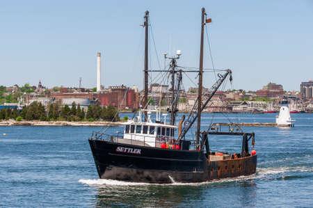 New Bedford, Massachusetts, USA - May 21, 2018: Commercial fishing boat Settler, hailing port Mattapoisetts, MA, crossing New Bedford inner harbor Redactioneel