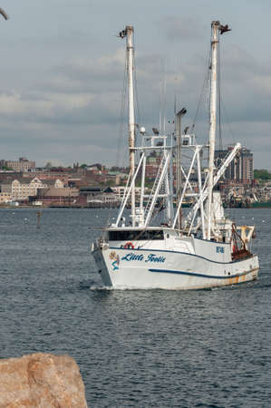 New Bedford, Massachusetts, USA - May 16, 2018: Commercial fishing vessel Little Tootie, hailing port Newport News, Virginia, leaving New Bedford Redactioneel