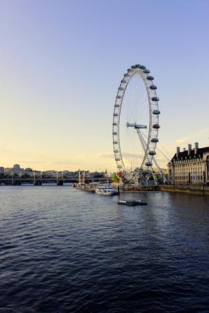 long shot: Campo lungo di London Eye sul Tamigi in serata