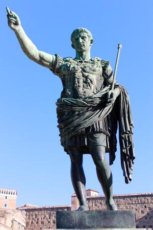 Statue de César Auguste à Rome Italie Banque d'images