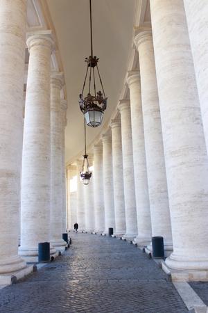 Binnen Piazza San Pietro Colonnade in Rome, Italië