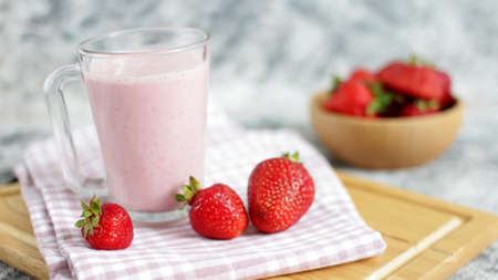 Strawberrie Smoothie with Fresh Farm Milk 版權商用圖片
