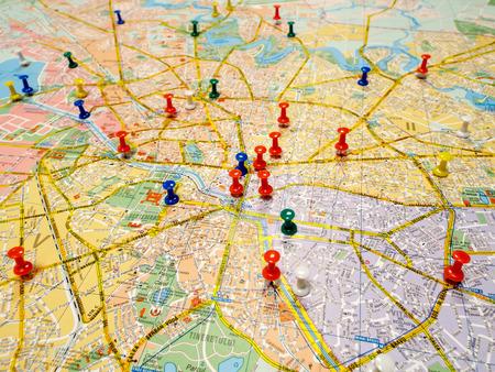 Pushpins marking locations on a road map Standard-Bild