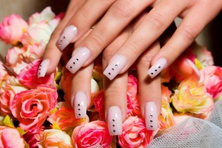 Vrouwelijke handen, nagels met prachtige Art manicure