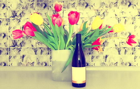 Wine, flowers, spring, holiday. 免版税图像