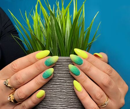Women's well-groomed hands with a beautiful manicure. Taking care of yourself. Banque d'images - 129067504