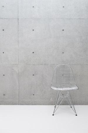 ワイヤの椅子とコンクリートの壁