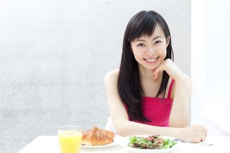 아름 다운 젊은 여자 먹는 아침 식사