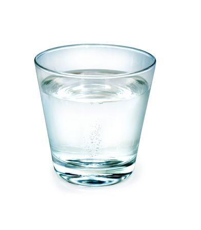 condensación: Vaso de agua sobre fondo blanco