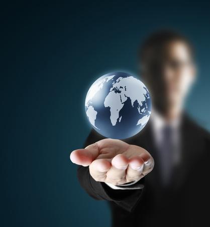 calentamiento global: con un brillante globo de la tierra en sus manos
