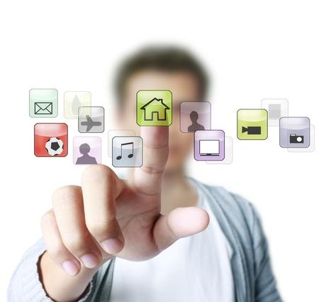 �cran tactile: main poussant sur une interface � �cran tactile