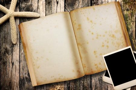 offenes Notizbuch auf Holz