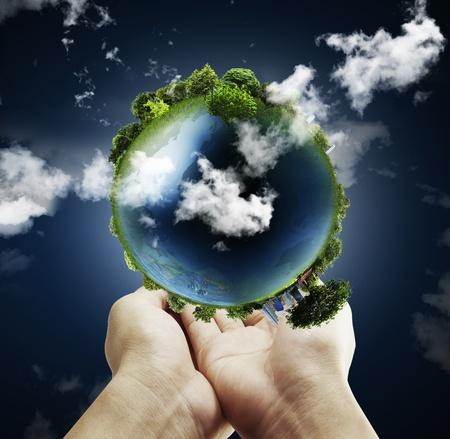 planeta verde: con un brillante globo de la tierra en sus manos  Foto de archivo