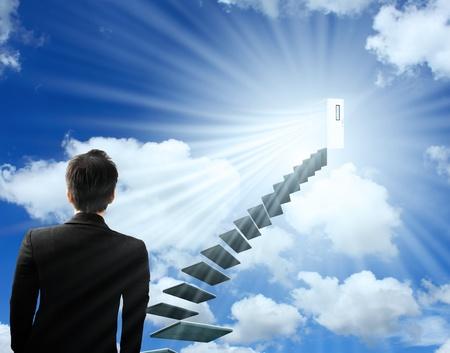 climbing stairs: hombre sube la escalera del �xito y una carrera virtual