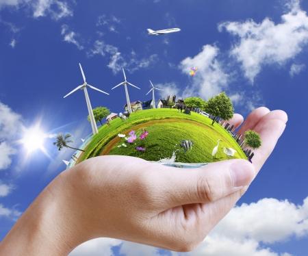 planeta verde: mano sosteniendo una ciudad
