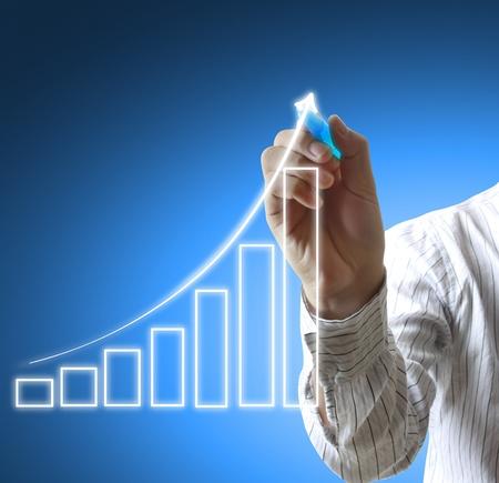 financial leadership: Mano masculina dibujar un gr�fico