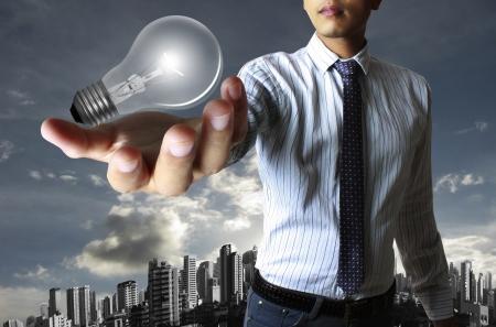 bulb: Gl�hbirne in der Hand