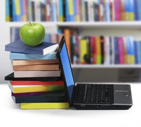 Libros y un ordenador portátil