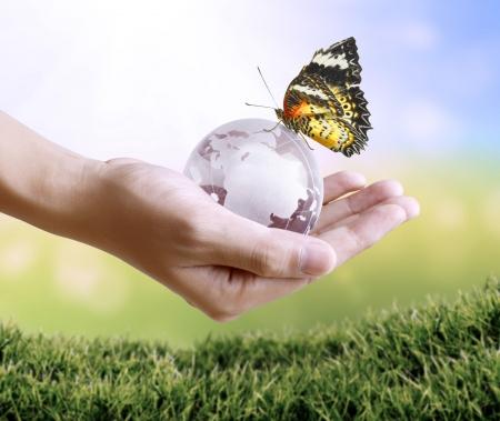 paz mundial: la celebraci�n de un globo terr�queo que brilla intensamente en la mano