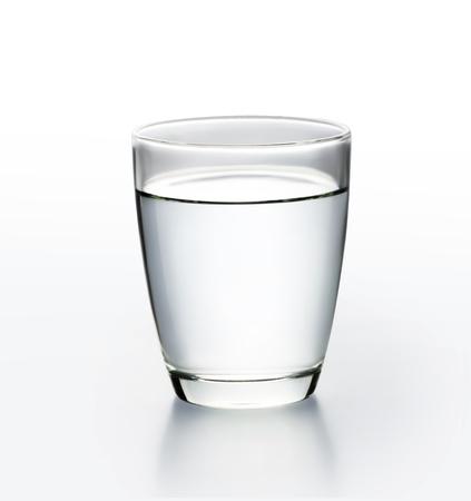 agua purificada: De vidrio con agua Foto de archivo