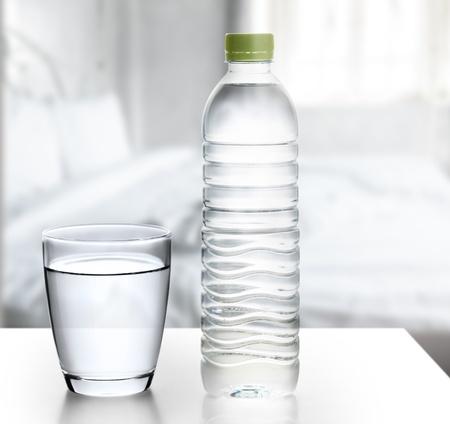 vaso con agua: Botella de agua con vidrio