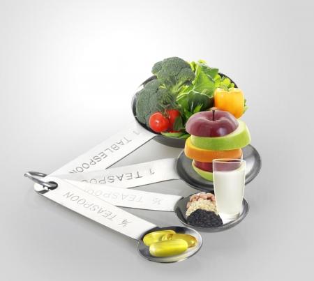 vitamina a: Ideas para alimentos y condimentos en cucharas Foto de archivo