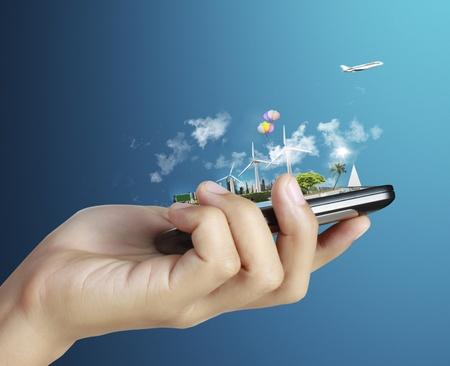 Zakenman verbinding touchscreen mobiele telefoon