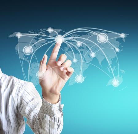 kommunikation: Geschäftsmann Berühren eines sozialen Netzwerks Schema auf einer Tafel