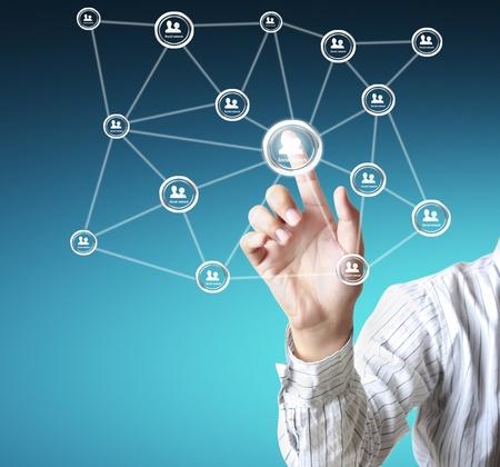 trabajo social: hombre de negocios de tocar un esquema de red social en una pizarra
