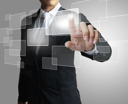 touchscreen: mano que empuja en una interfaz de pantalla t�ctil
