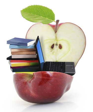 manzana agua: Manzana roja sobre fondo blanco con un ordenador portátil, un libro Foto de archivo