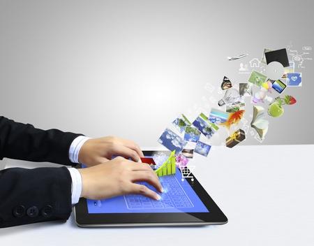 touchscreen: las manos est�n apuntando en la tabla de la pantalla t�ctil, touch-pad
