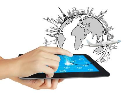 les mains sont de pointage sur écran tactile, tactile comprimé isolé sur fond blanc