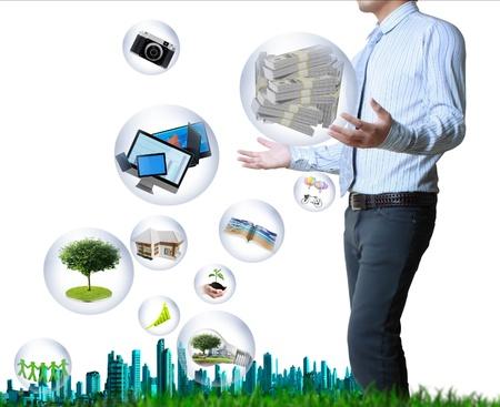 tecnologia: in possesso di un globo luminoso e la tecnologia nelle sue mani isolato su sfondo bianco
