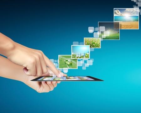 telecomm: touch tablet im�genes conceptuales que fluyen de la mano Foto de archivo