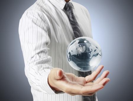 amor al planeta: sosteniendo un globo terr�queo brillante en sus manos