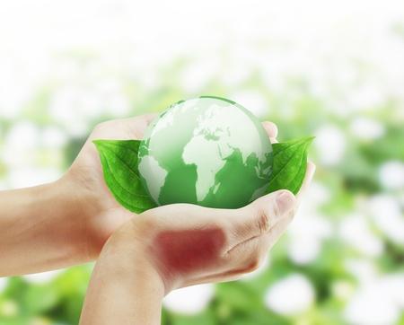 reciclar: sosteniendo un globo terr�queo brillante en sus manos