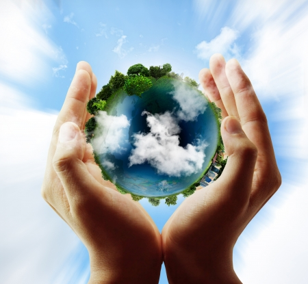 paz mundial: sosteniendo un globo terráqueo brillante en sus manos