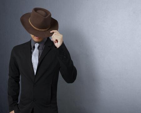 모자: 회색 배경에 모자와 함께 유행 남자