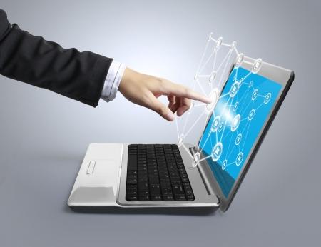 finanse: business man pushing a laptop
