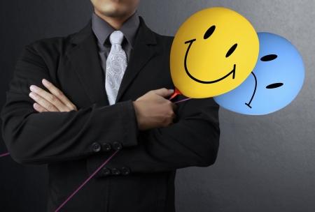 optimismo: hombre de negocios maduros que sostiene los globos de colores Foto de archivo