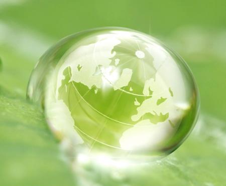 conservacion del agua: tierra en la reflexi�n gota de agua en la hoja verde