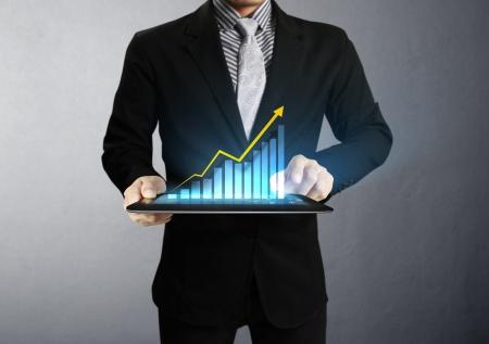 mano touch: Uomini d'affari, la mano del grafico touch screen su un tablet