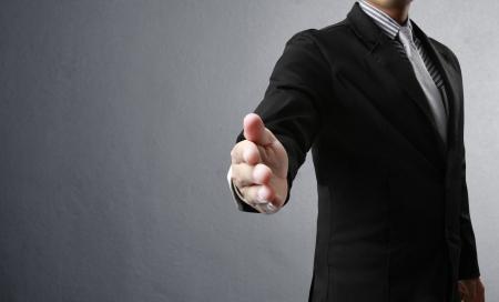 buen trato: hombre de negocios con una mano abierta dispuesta a sellar