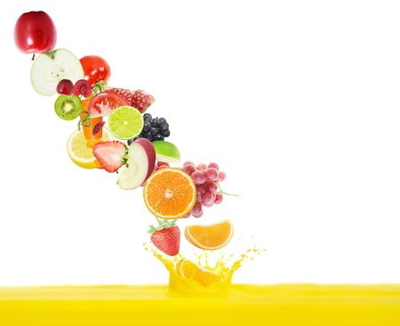 jus frais d?verse de fruits sur un fond blanc photo