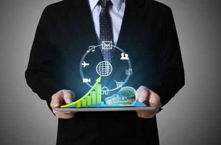 revisando documentos: Empresarios, tocar la mano de la pantalla de gr?ficos en una tabla