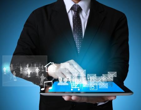 Touchscreen-Tablet in den Händen Geschäftsleute Standard-Bild