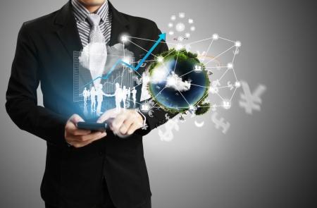 Touchscreen-Handy in der Hand mit Geschäftsleuten