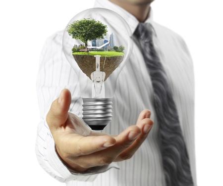 eficiencia energetica: Bombilla en una mano